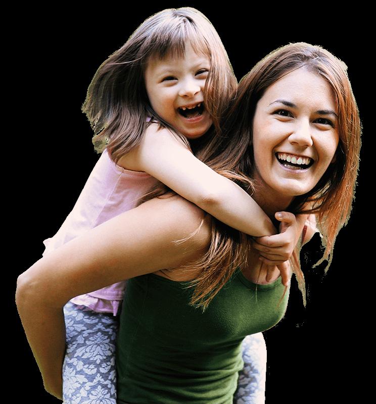 אם מרימה ילדה עם צרכים מיוחדים על גבה, שמחות ומחייכות